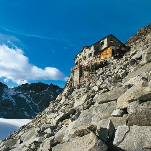 Eindrucksvolle Lage: das Rifugio Lobbia Alta, höchstes Haus der Adamellogruppe