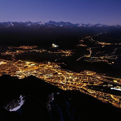 Das Dreigestirn von Solstein, Hohen Warte und Brandjoch thront wie die Steilflanke eines Himalayariesen direkt über dem Inntal. Mehr als 2000 Meter Tiefblick hat man von den Gipfeln direkt hinunter auf Innsbruck. Es ist eine gespenstische Stimmung,...
