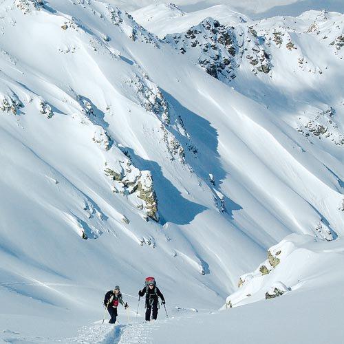 Bei Skitouren kommt es nicht nur auf die Kondition an. Weit wichtiger ist es, die Lawinensituation im Blick zu behalten.