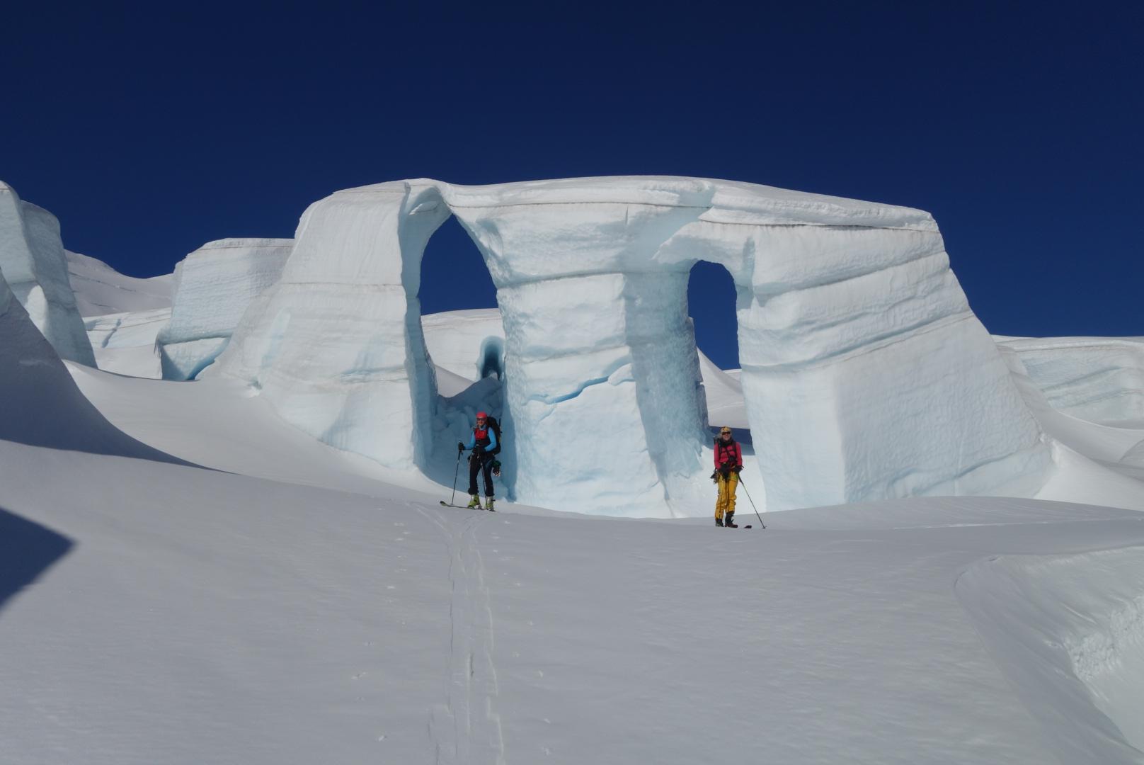 Gletscher und Skifahrerinnen