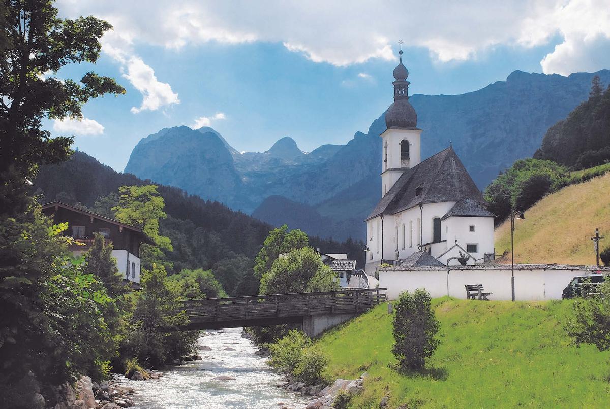 Bergdorf: Ramsauer Ache und St. Sebastian vor dem Wagendrischelhorn