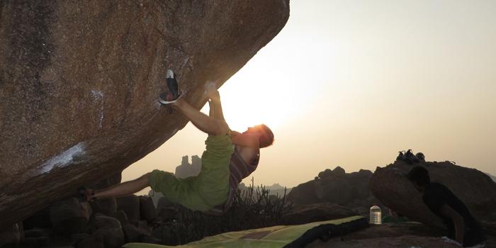Mammut-Athlet Timo Etterer bouldert in den Sonnenuntergang.