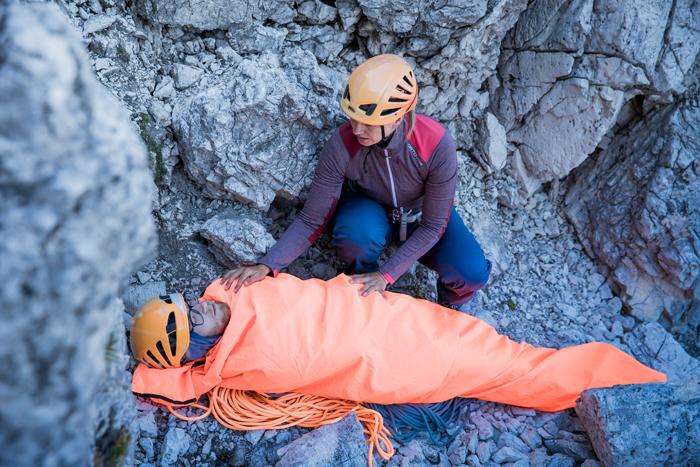Verletzte Personen werden mit einem Biwacksack vor Unterkühlung geschützt.
