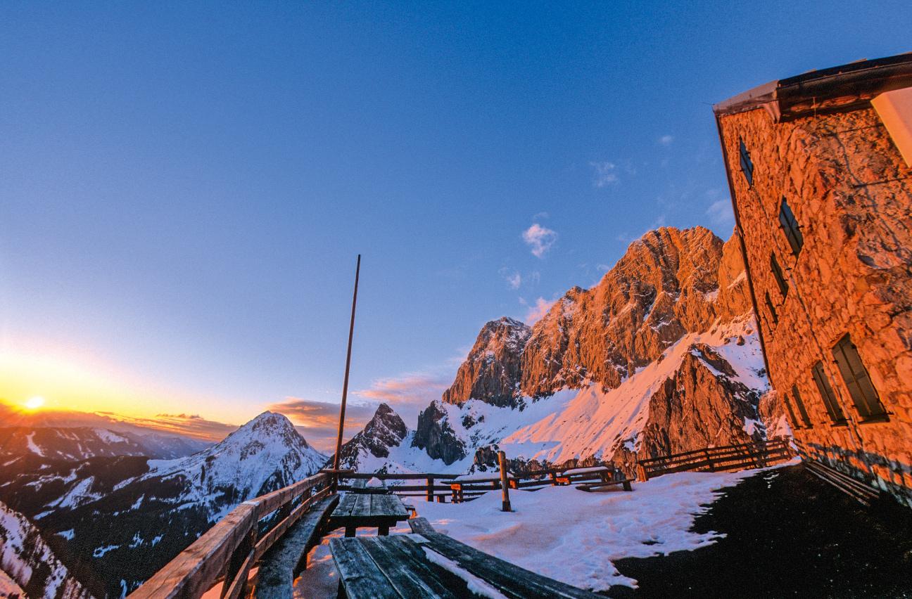 Errötet: Abendstimmung auf der Terrasse der Dachstein-Südwand-Hütte