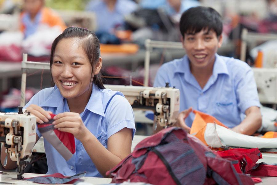 Mitarbeiter der Fabrik Duke in Vietnam, die Rucksäcke für Deuter nähen.