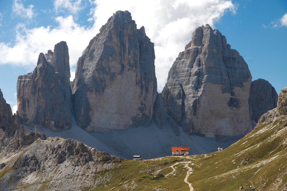 Unvergleichliche Lage: die Drei- Zinnen-Hütte vor ihrem Namensgeber