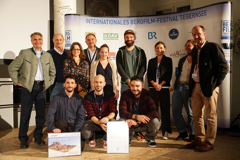 Jury, Veranstalter und die anwesenden Sieger bei der Preisverleihung im Barocksaal am Tegernsee