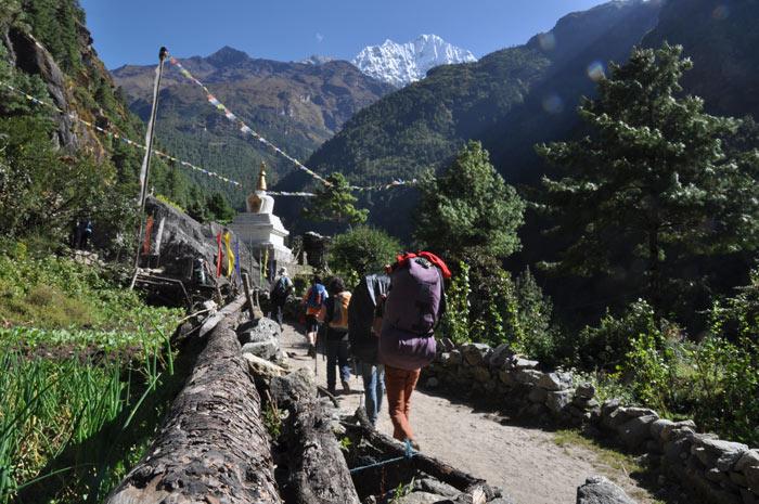Stupas und Gebetsfahnen säumen in Nepal häufig den Weg