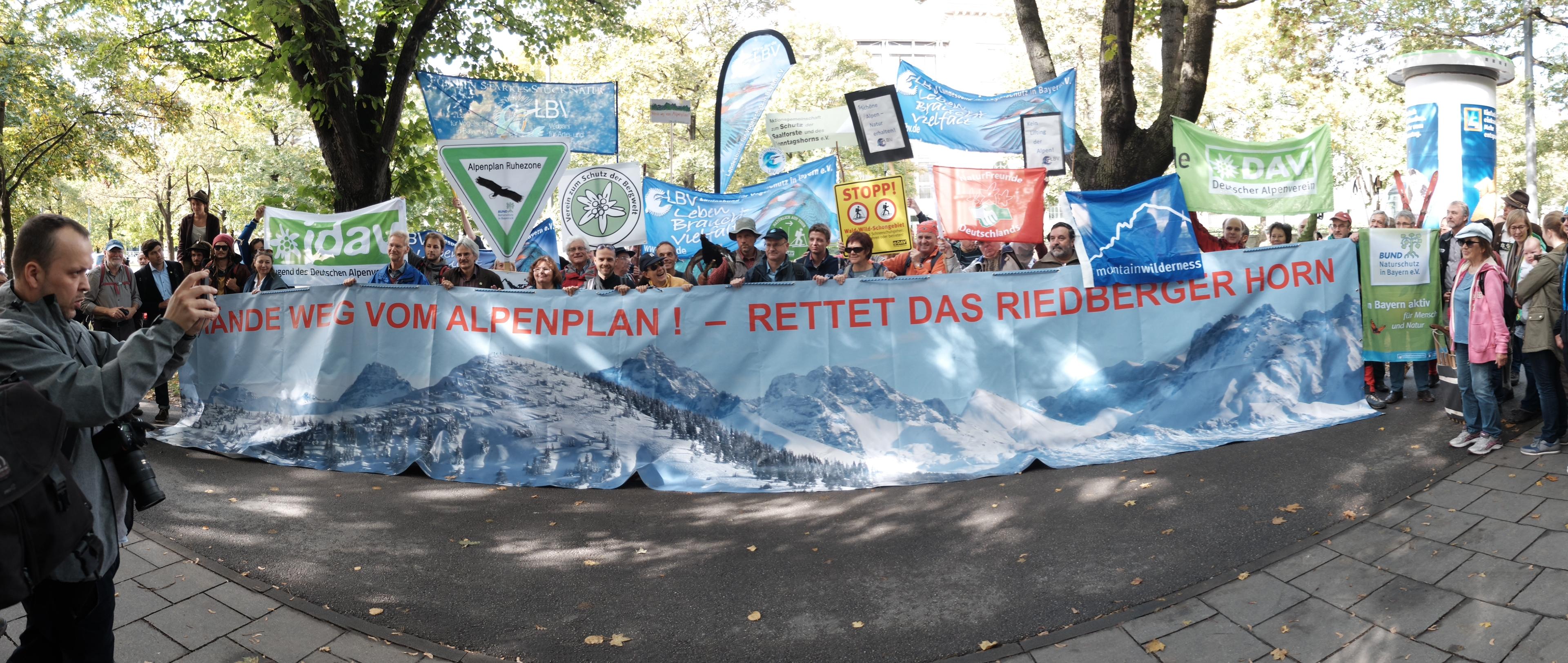 Die Demonstranten vor der bayerischen Staatskanzlei