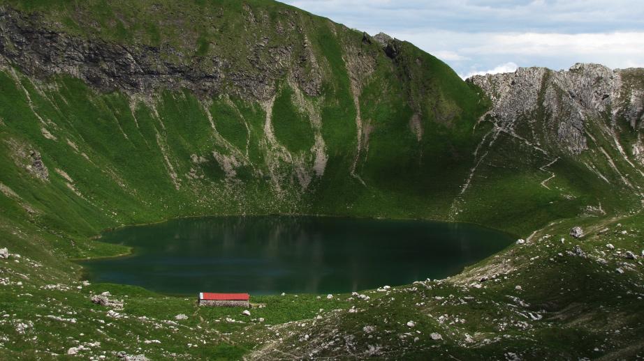 Der Engeratsgundsee liegt eingebettet unterhalb des Großen Daumen
