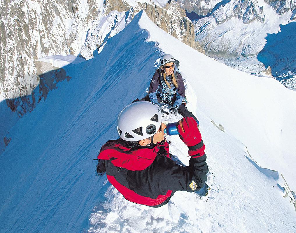 Schluck zum Glück: Kurze Pause auf dem Weg zum Mont Blanc