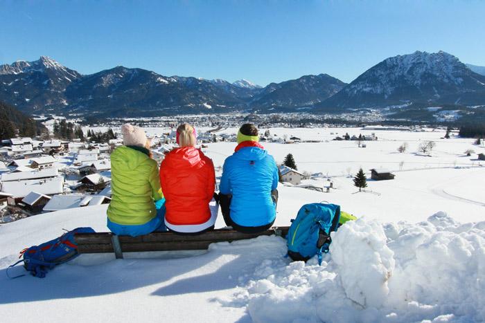 Winterwandern in der tief verschneiten Winterlandschaft