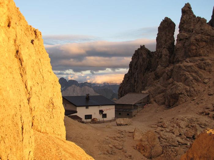 Regelmäßig geraten Bergsteiger am Langkofel in die Dunkelheit. Glück für sie, dass die Hütte existiert.