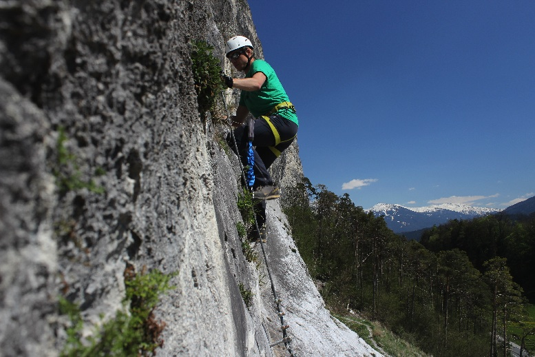 Alles im Griff? Mit der richtigen Ausrüstung ist man am Klettersteig sicher unterwegs.