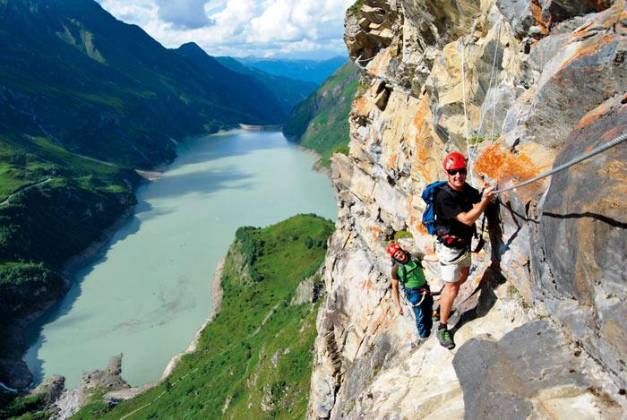 Prächtige Tiefblicke gibt's in der Klettersteigarena Höhenburg zum Kraxelspaß dazu.