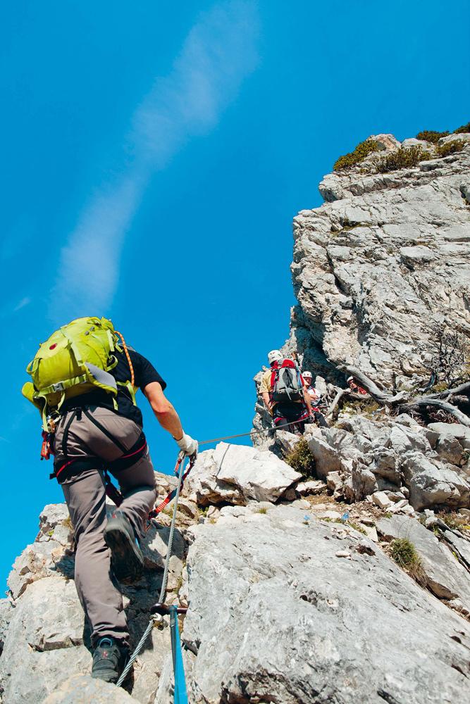 Seil für die Massen: Klettersteiggehen bedeutet für viele Bergwanderer den ersten Kontakt mit dem Fels.