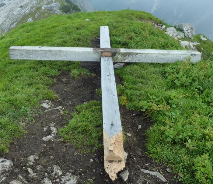 Corpus Delicti: das umgeschlagene Gipfelkreuz auf dem Schafreiter