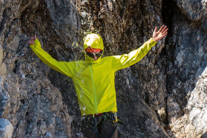 Wasserdicht sind alle getesteten Jacken – entscheidend ist der Klimakomfort.