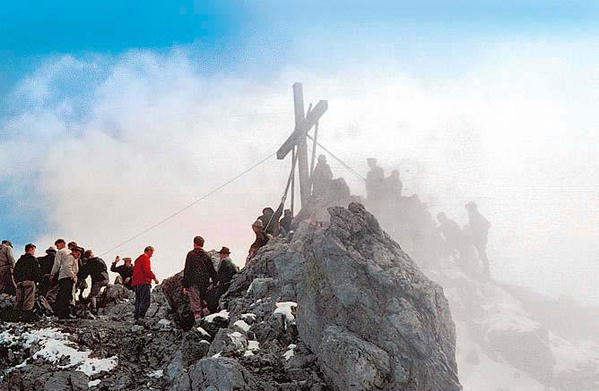 Knochenarbeit: Bis so ein Kreuz auf einem mehr als 2600 Meter hohen Berg steht, wird der ein oder andere Muskel strapaziert.