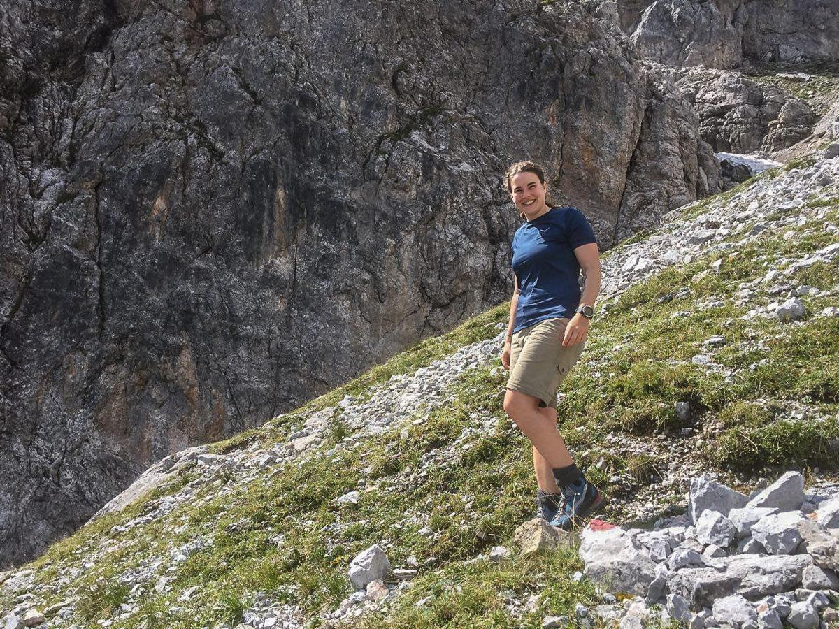 Praktikantin Katharina Kos im Salewa Pedroc Hybrid am Fuße der Hohen Torscharte in Salzburg