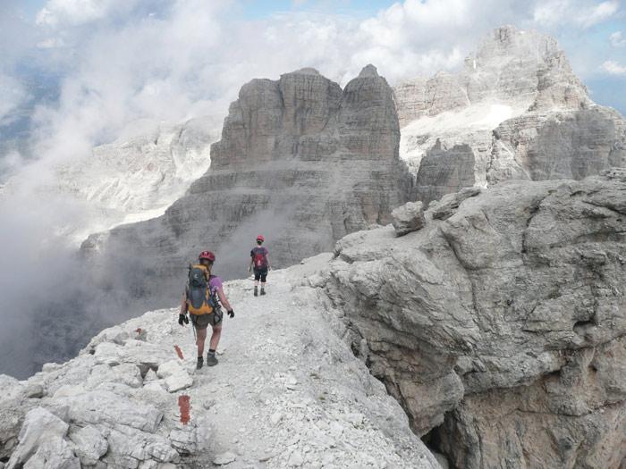 Brenta-Klettersteig zwischen Felsnadeln und Wolkenfetzen