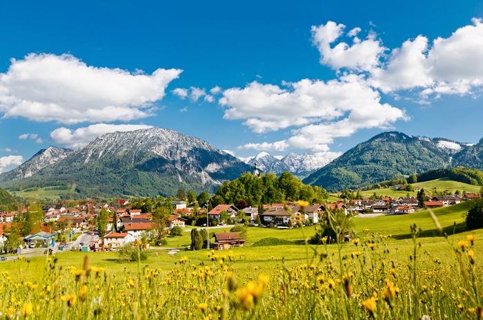 Idyllisch eingebettet: Ruhpolding am Rand der Chiemgauer Alpen