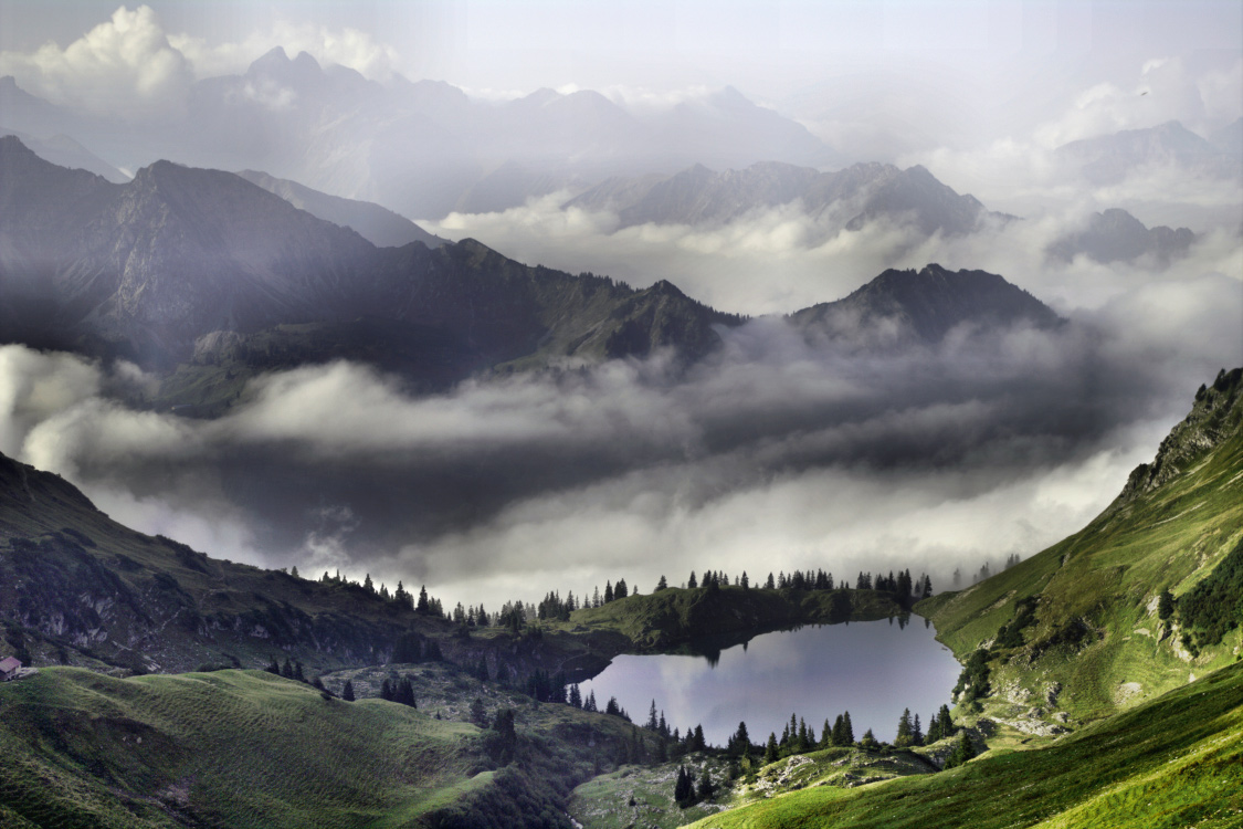 Wenn der Nebel steigt: Blick auf den Seealpsee über dem Oytal