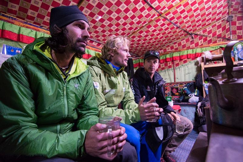 Martin Maier (l.), Benedikt Böhm (m.) und Sebastian Haag (r.) vor der Expedition zum Shishapangma