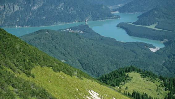 Vom Gipfel des Kotzen hat man einen eindrucksvollen Tiefblick auf den Sylvensteinsee