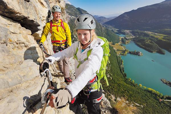 Im BERGSTEIGER Test: 12 Klettersteigsets