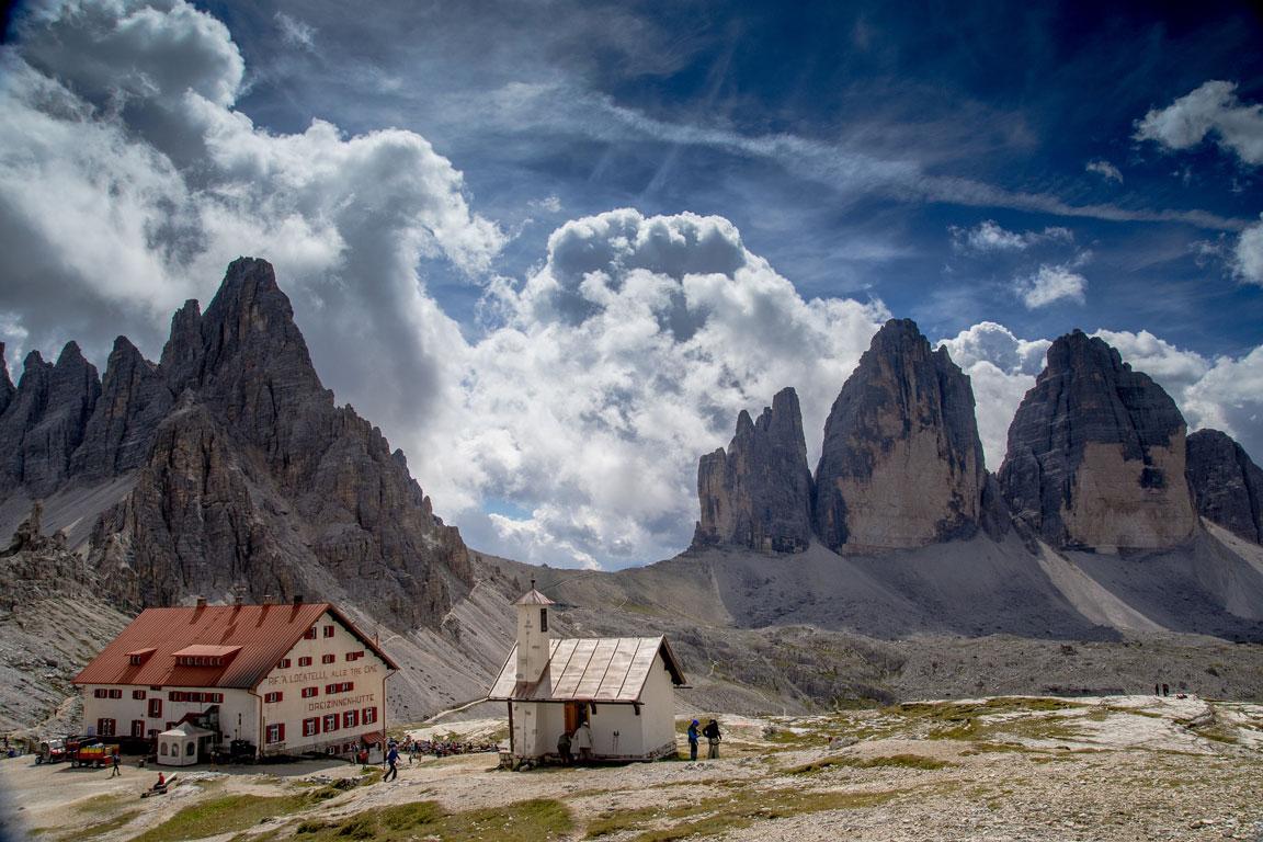 Die Dreizinnenhütte vor den Drei Zinnen in den Dolomiten