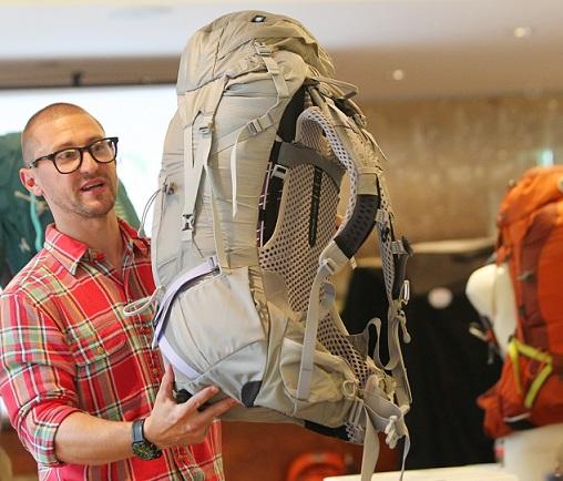 Ospreys europäischer Sales Manager Tom Entwistle mit einem Modell