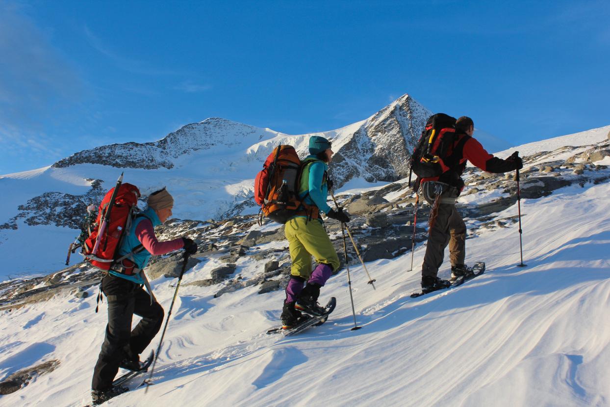 Zum Glück im Gepäck: Ohne Schneeschuhe wäre die Tour zum Scheitern verurteilt gewesen.