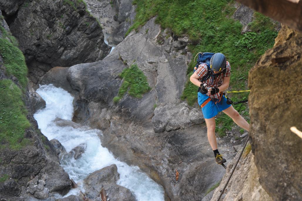 In der Galitzenklamm nahe Lienz warten knackige Klettersteige mit Tiefblick.