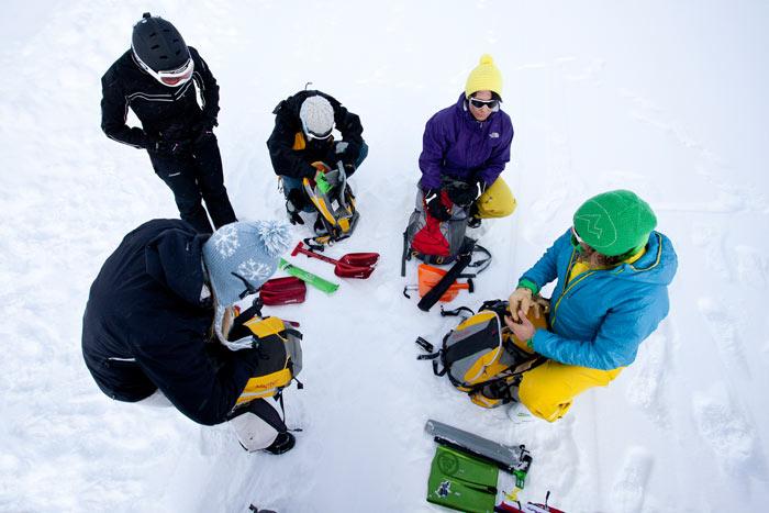 Auch Lawinenkunde steht bei den Women's Winter Camps auf dem Plan.
